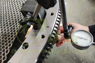What are the requirements for the gear machining of the spur gear slewing drive?