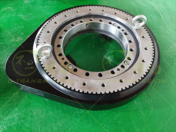 Small spur gear slewing drive used for rotating arm on truck crane